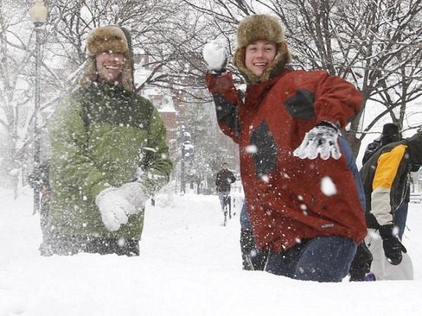 игра в снежки на свадьбе