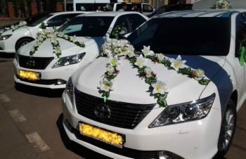 интересное украшение машин на свадьбе