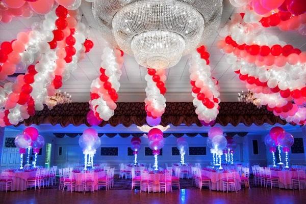 украшение красно-белыми шарами