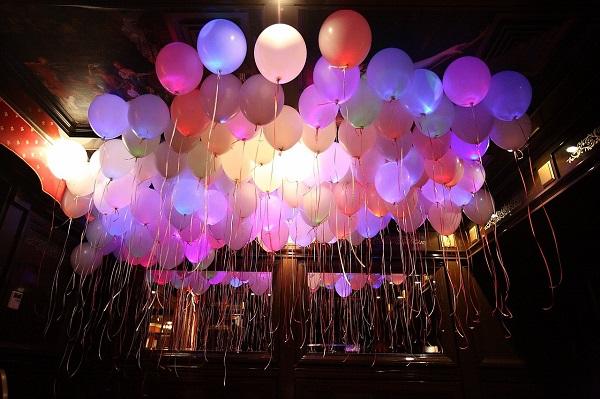 светящиеся шары, как ими оформить зал
