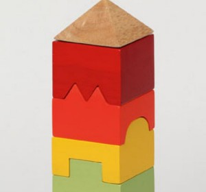 строительство башни из игрушечных кубиков